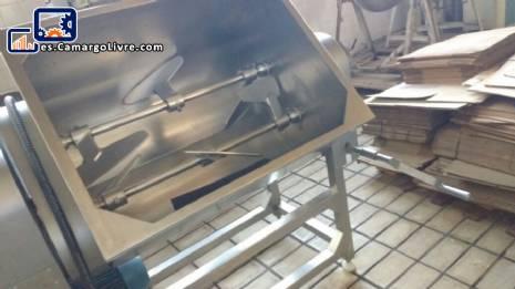 Mezclador de paletas basculantes en acero inoxidable cerca de menta